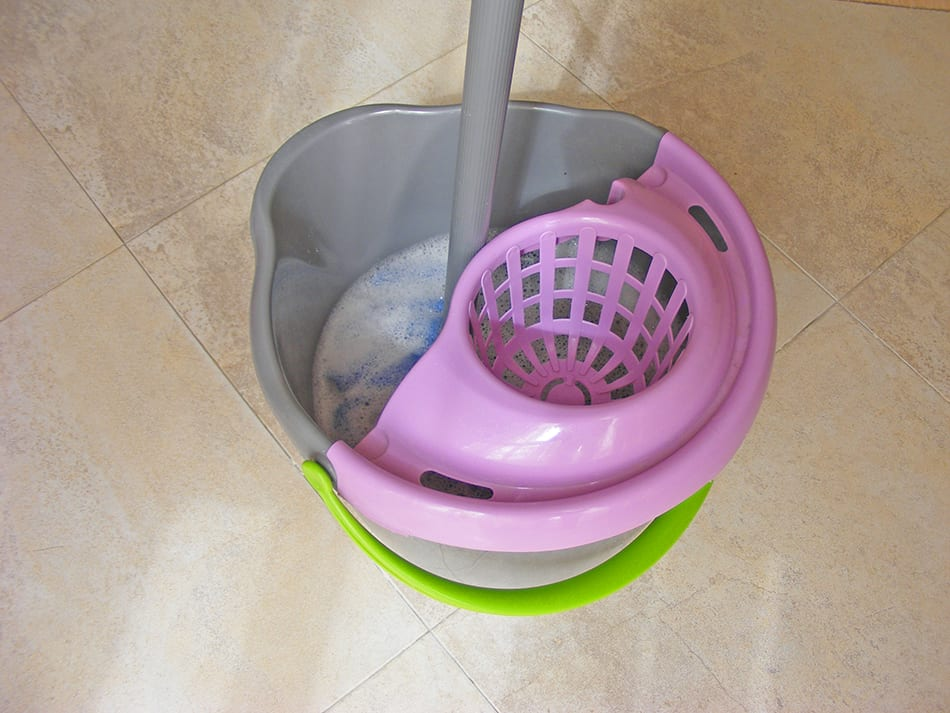 Mop bucket with a built-in wringer