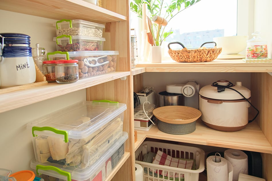 The size of the kitchen closet depends not only on the overall kitchen dimension but also on our habits